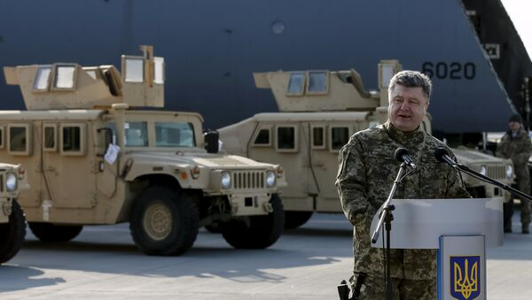 Ukraine's President Petro Poroshenko speaks during a welcome ceremony for first plane from United State with non-lethal aid including ten Humvee vehicles to Ukraine at Borispol airport near Kiev, March 25, 2015. - Sputnik France