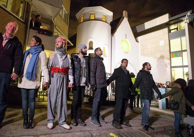 Des musulmans se donnant la main