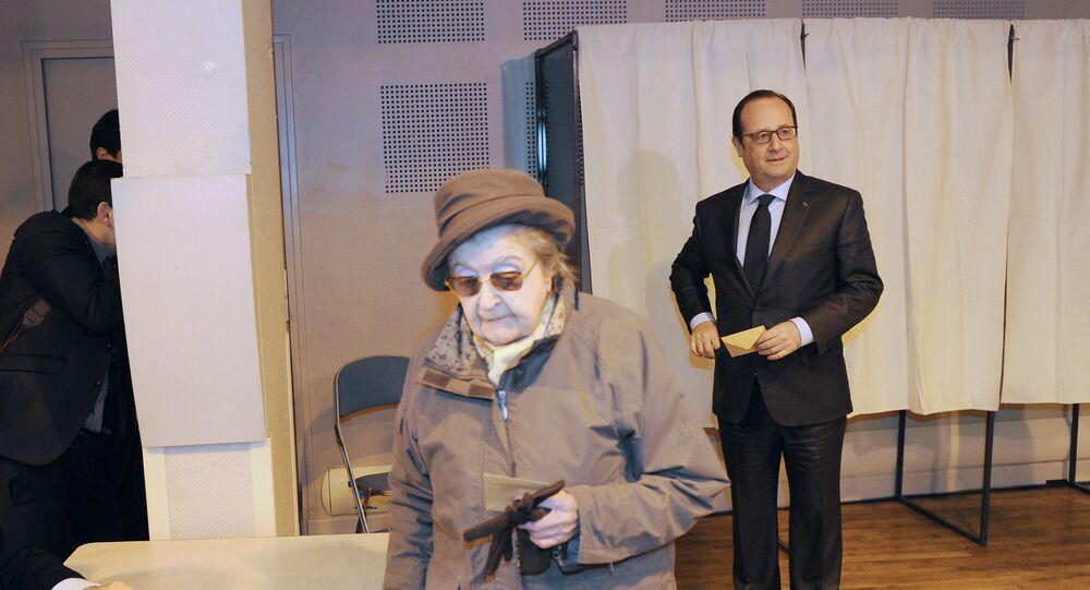 Francois Hollande (à droite) lors du vote