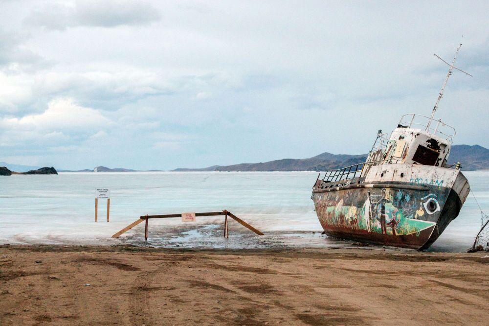 Un vieux bateau au port de ferry désaffecté sur l'île Olkhon
