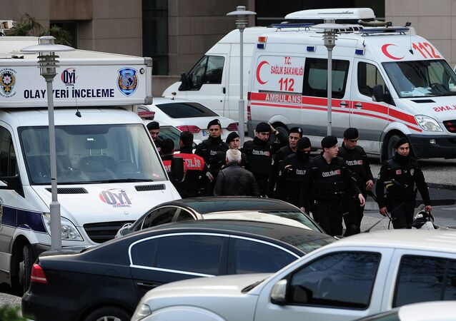 Police turque devant le siège du tribunal