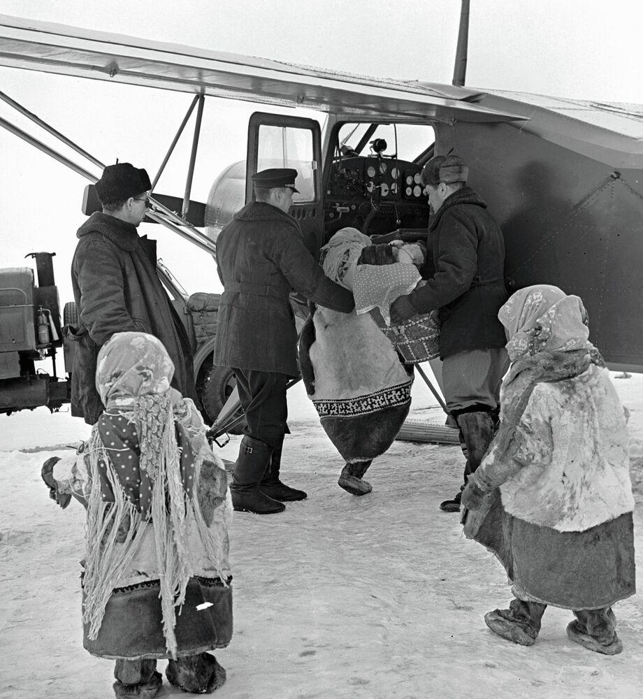 Des habitants de Salehard (Sibérie) prennent un Yak-12