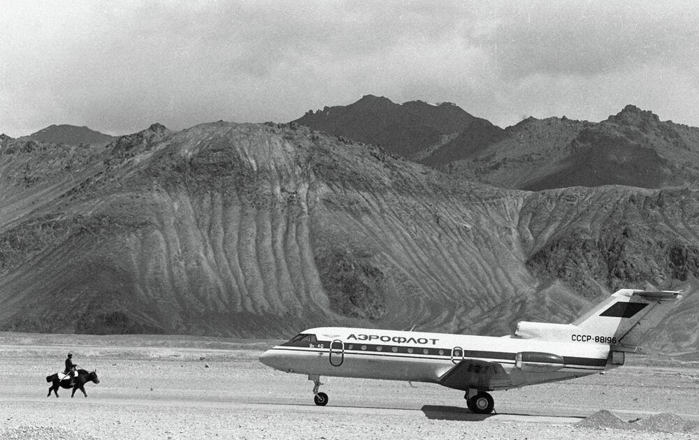 Un avion de ligne Yak-40