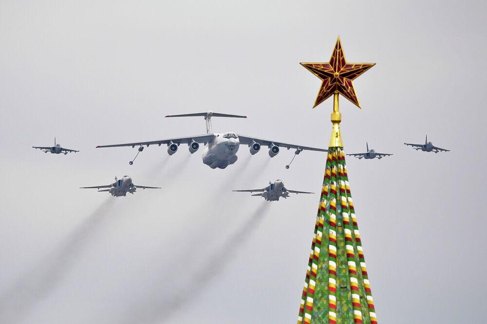 Un ravitailleur Il-78 accompagné de bombardiers Su24 et de Yak-130 survolent la Place rouge lors d'un entraînement à la veille d'un défilé de la Victoire