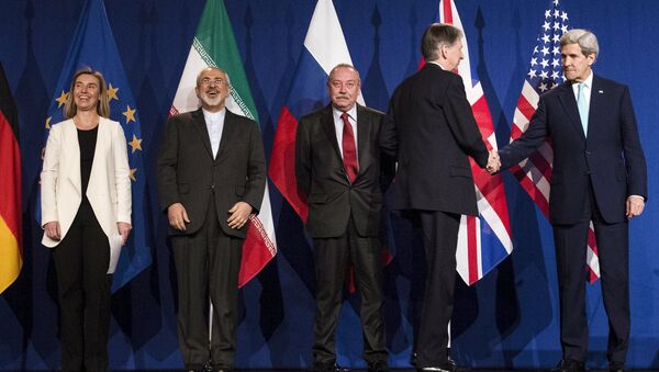 (L-R) European Union High Representative for Foreign Affairs and Security Policy Federica Mogherini, Iranian Foreign Minister Javad Zarifat and an unidentified Russian official look on as British Foreign Secretary Philip Hammond shakes hands with U.S. Secretary of State John Kerry, following nuclear talks at the Swiss Federal Institute of Technology in Lausanne - Sputnik France