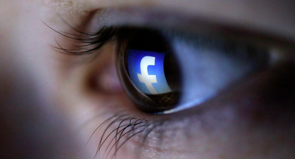 Logo de Facebook reflété dans l'œil