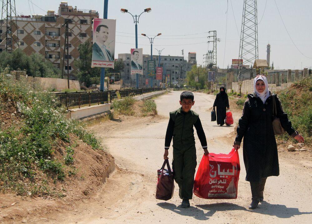 Les réfugiés quittent le camp de Yarmouk dans le sud de Damas