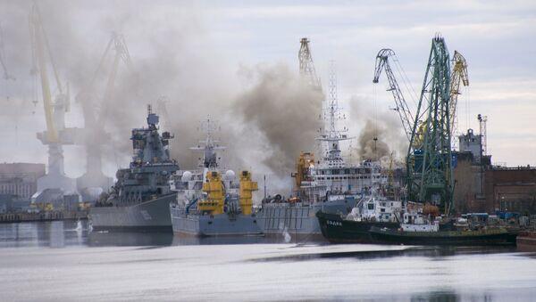 A general view shows smoke rising above a dock at the Zvyozdochka shipyard in the north Russian city of Severodvinsk April 7, 2015 - Sputnik France