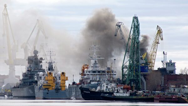 Smoke rises from a dock where the Orel nuclear submarine, a cruise missile type sub with two reactors that is classified as Oscar-II by NATO, is for repairs at the Zvyozdochka shipyard in the northern city of Severodvinsk on April 7, 2015 - Sputnik France