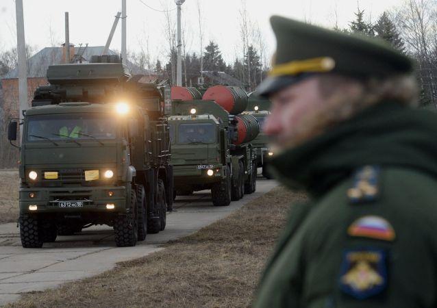 Un convoi de S-400 Triumph et un Pantsir-S se déplace dans le cadre de la protection de Moscou et de la Région industrielle centrale