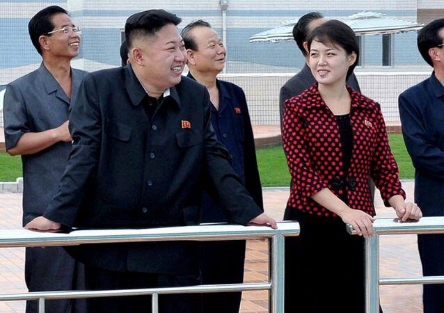 Ri Sol-ju (à droite), épouse du leader nord-coréen Kim Jong-un, avec son mari (à gauche)