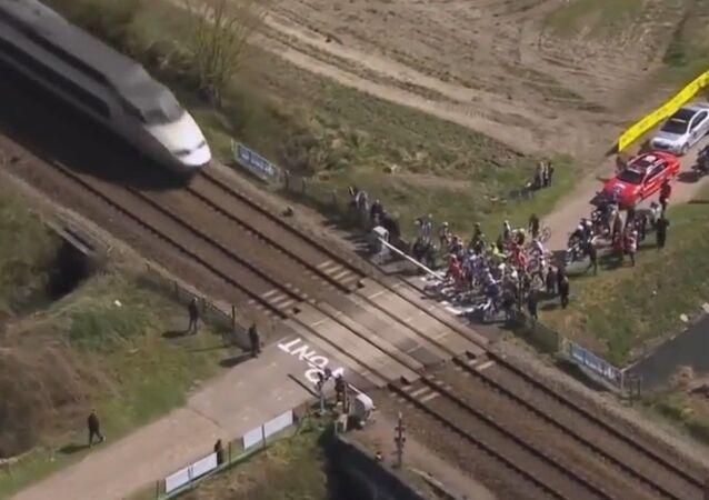 Une course cycliste interrompue par un TGV