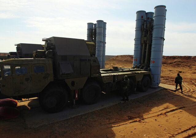 Mise en batterie d'un système de missiles sol-air S-300