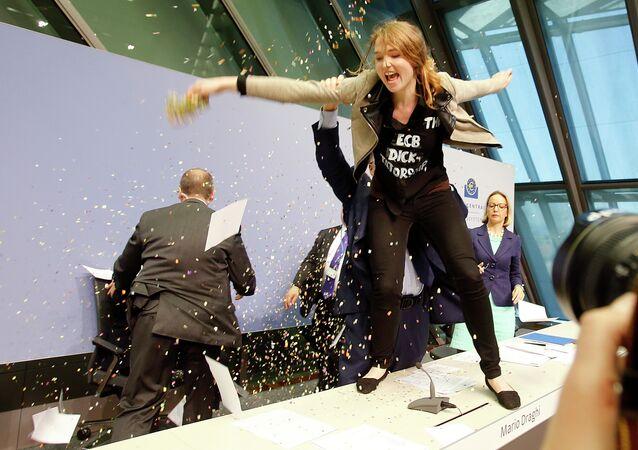 Draghi chahuté par une Femen lors d'une conférence de presse