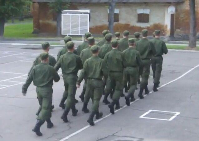 Des soldats russes marchent au son de Barbie Girl
