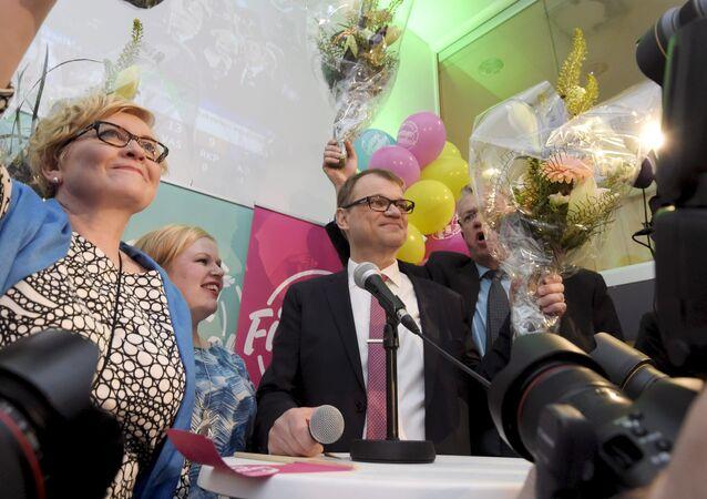 Anu Vehvilainen (G), Annika Saarikko, Chairman Juha Sipila et Juha Rehula, parti du centre finlandais