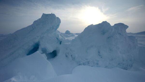Ледяные торосы около российской дрейфующей станции Северный полюс-2015 - Sputnik France