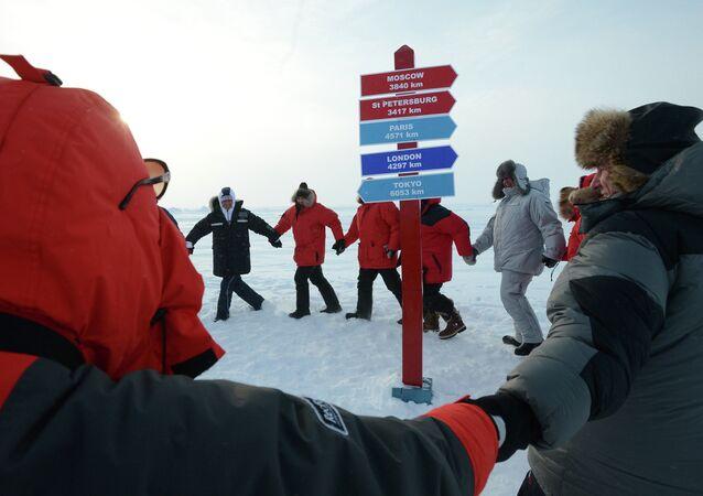 Cérémonie d'inauguration de la station scientifique dérivante russe SP-41 dans l'Océan glacial arctique