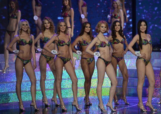 Les finalistes du concours Miss Russie 2015 sur la scène de Barvikha Concert Hall de Moscou
