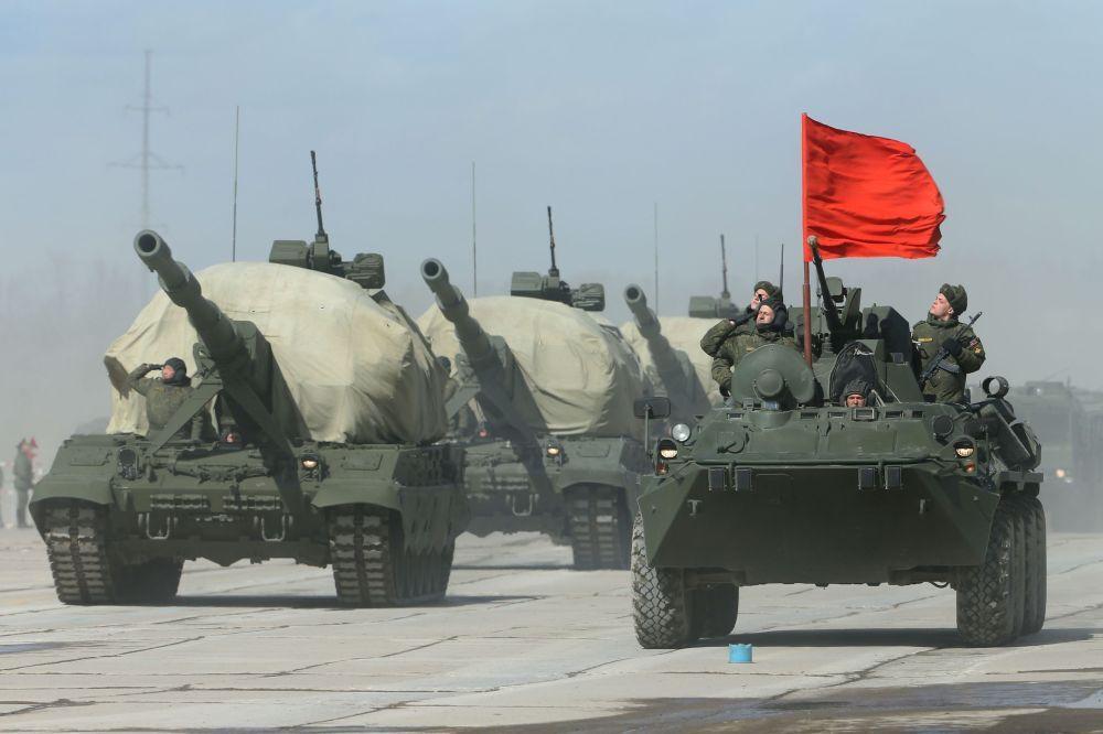 Un canon automoteur Koalitsiya-SV (à gauche) et un  véhicule blindé de transport de troupes BTR-82A