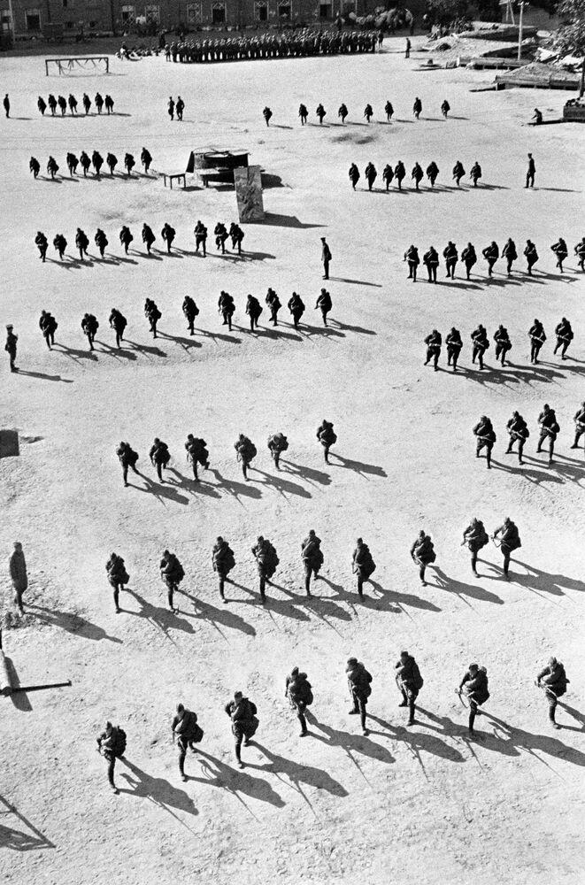 Formation au combat des réserves d'infanterie du régiment Vorochilov