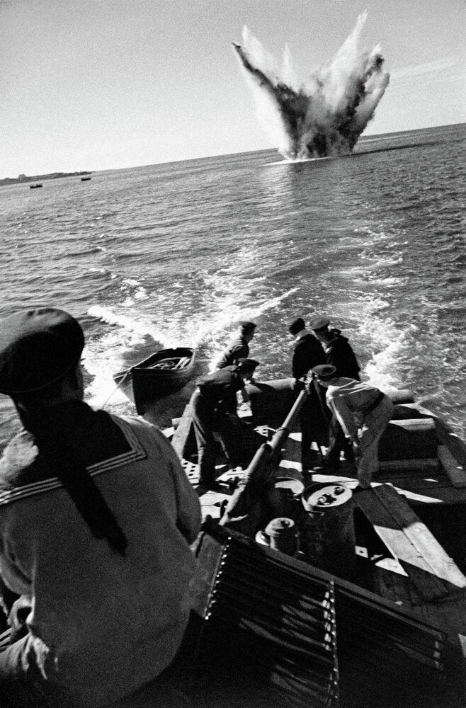 Des marins soviétiques neutralisent des mines nazies