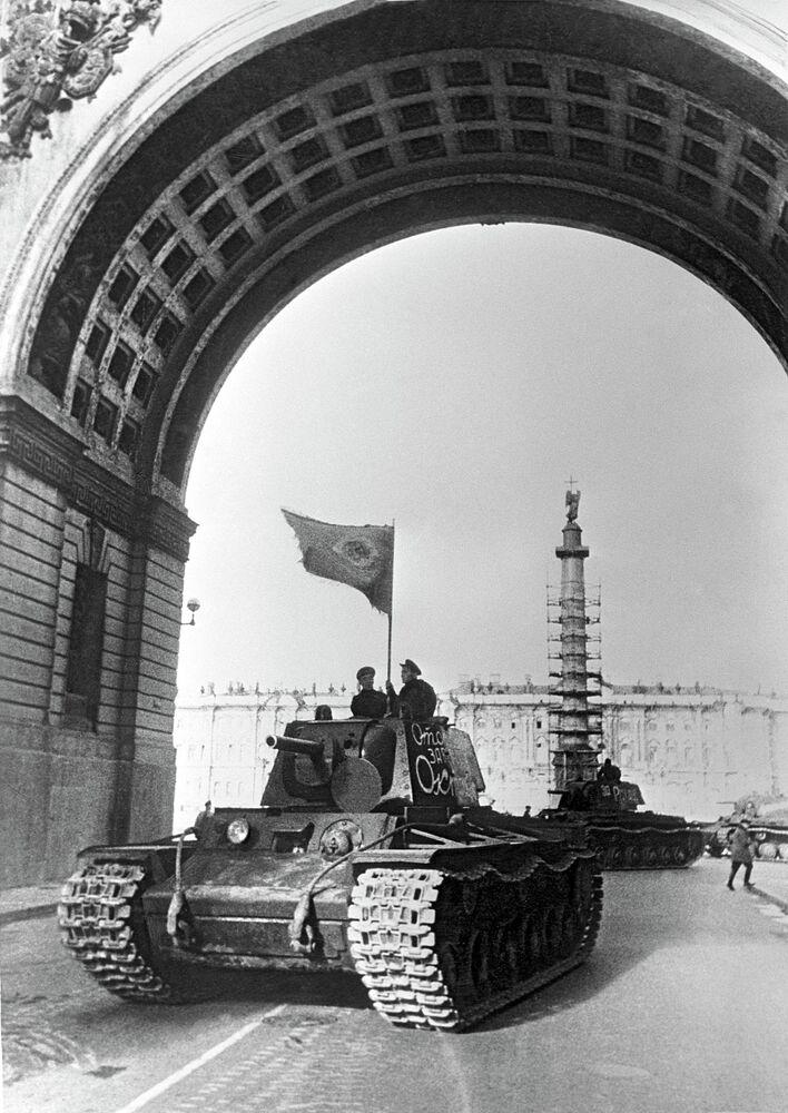 Léningrad. Des unités blindées partent au front après un défilé sur la place du Palais, au centre de la ville
