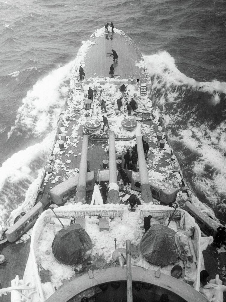 Les membres d'équipage du cuirassé Sébastopol nettoient leur navire de la glace