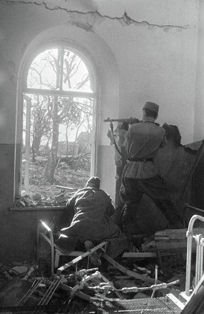 Novorossiïsk. Un groupe de soldats et officiers mène le feu contre les occupants nazis depuis une maison de banlieue