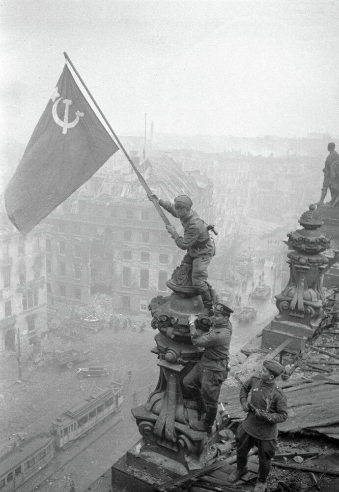 Berlin. Un soldat de l'Armée rouge hisse le Drapeau de la Victoire sur le Reichstag