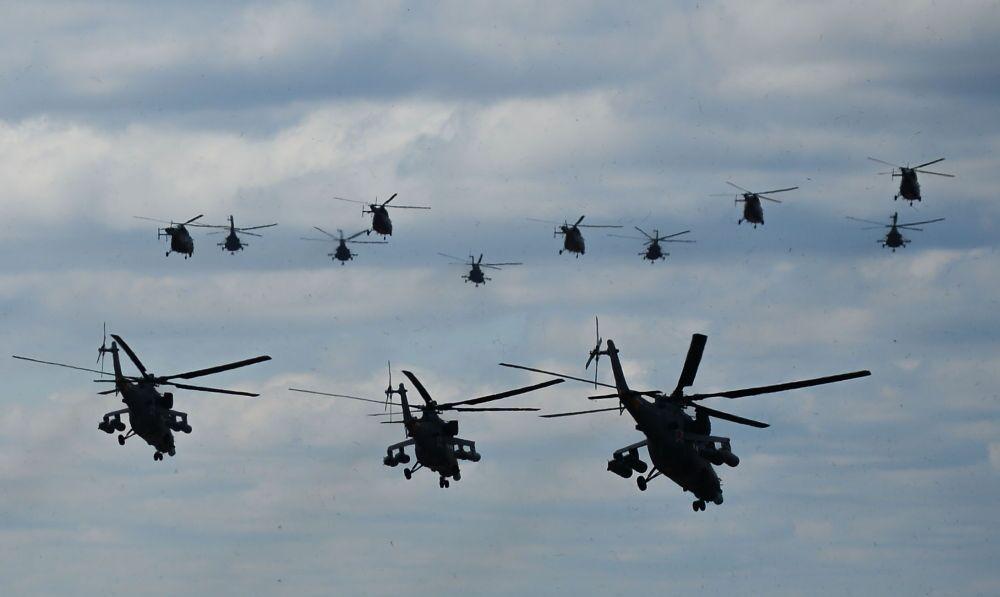 Des hélicoptères quittent l'aérodrome militaire de Koubinka, dans la région de Moscou, dans le cadre d'une répétition du défilé qui aura lieu le 9 mai sur la place Rouge de Moscou à l'occasion du 70e anniversaire de la Victoire