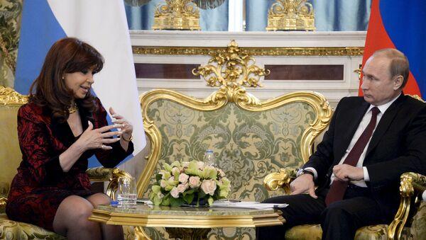 Argentina's President Cristina Fernandez (L) talks to Russian President Vladimir Putin during their meeting at the Kremlin in Moscow April 23, 2015 - Sputnik France
