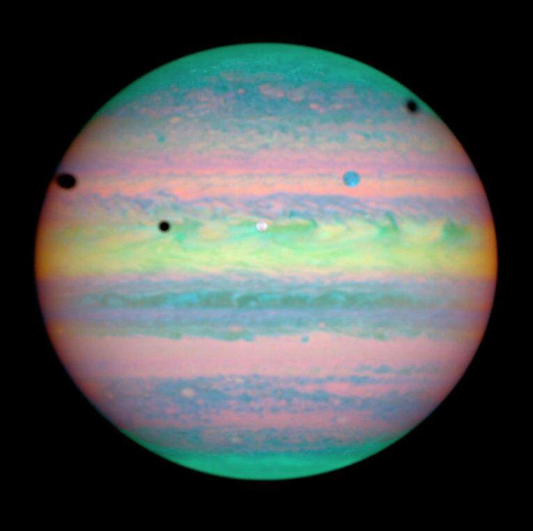 L'image représente la conjonction de trois des quatre grosses lunes de Jupiter (Io, Callisto, Europe), un événement très rare observé une à deux fois par décennie