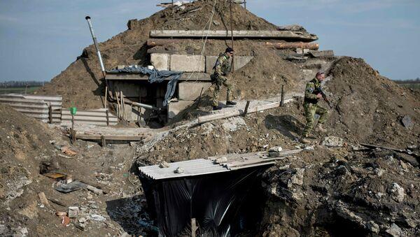 Ukrainian servicemen walk at their positions in the village of Lebedynske, eastern Ukraine, Friday, April 17, 2015 - Sputnik France