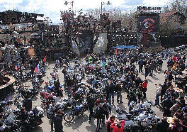 Les motards du club Loups de la nuit le jour du départ du rallye Moscou-Berlin