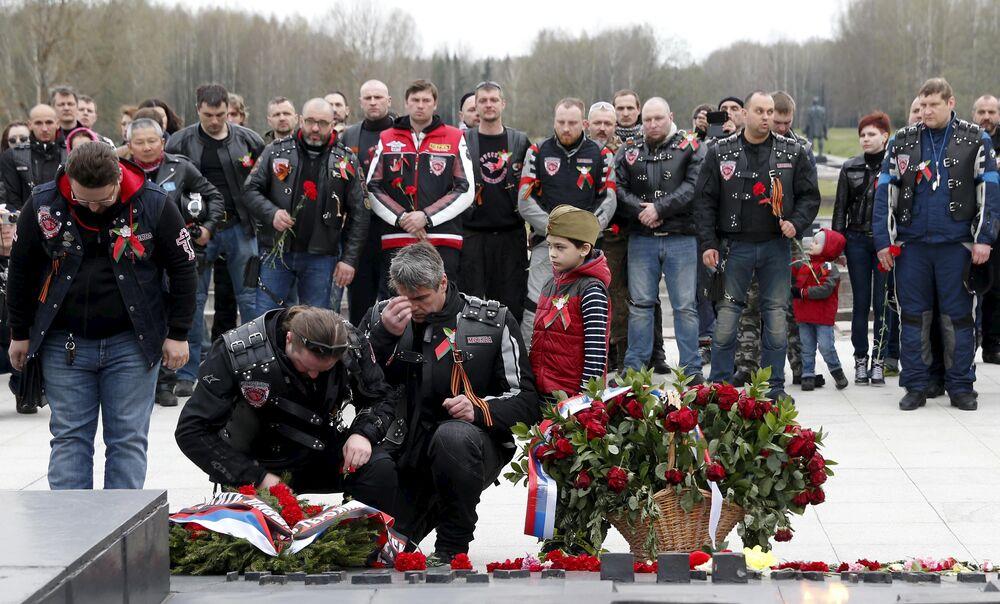 Les motards du club Loups de la nuit ont déposé une couronne de fleurs devant le mémorial dans le village biélorusse de Khatyn, dont la population fut massacrée par les nazis en mars 1943