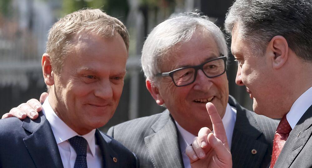 Ukrainian President Petro Poroshenko (R) gestures as he talks to European Commission President Jean Claude Juncker (C) and European Council President Donald Tusk before their meeting in Kiev April 27, 2015