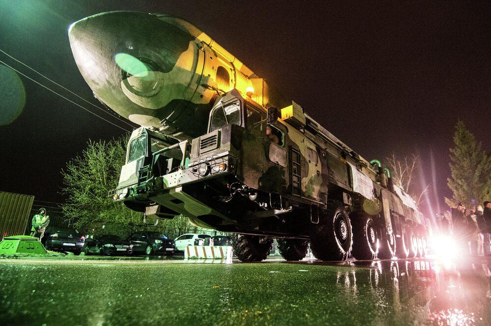 Une rampe de lancement mobile de missiles intercontinentaux Topol