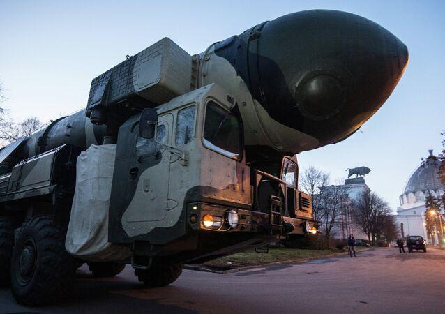 Une rampe de lancement et un conteneur de transport et de tir de Topol en route vers Moscou