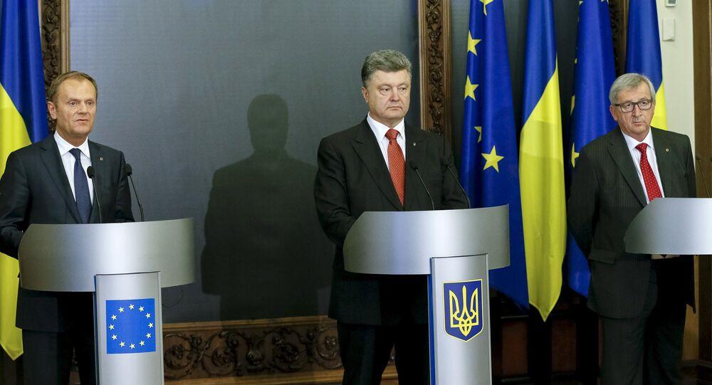 Donald Tusk (à gauche), Jean-Claude Juncker (à droite) et Piotr Porochenko