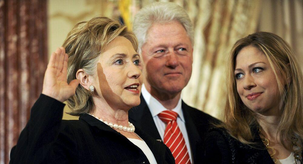 Hillary Clinton (à gauche)avec son mari Bill et leur fille Chelsea