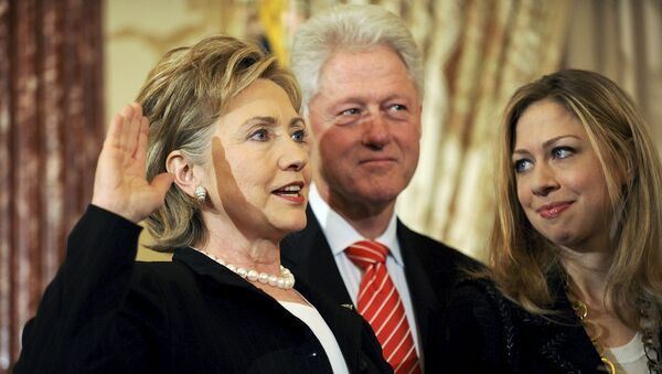 US Secretary of State Hillary Clinton (L) is joined by her husband former U.S. President Bill Clinton and daughter Chelsea Clinton - Sputnik France