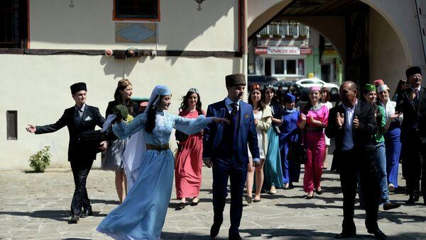 Crimean Tatars perform ethnic dances during a wedding at the Khansarai Khans' Palace, part of the Bakhchisarai Historical Cultural Reserve in the southern Crimea - Sputnik France