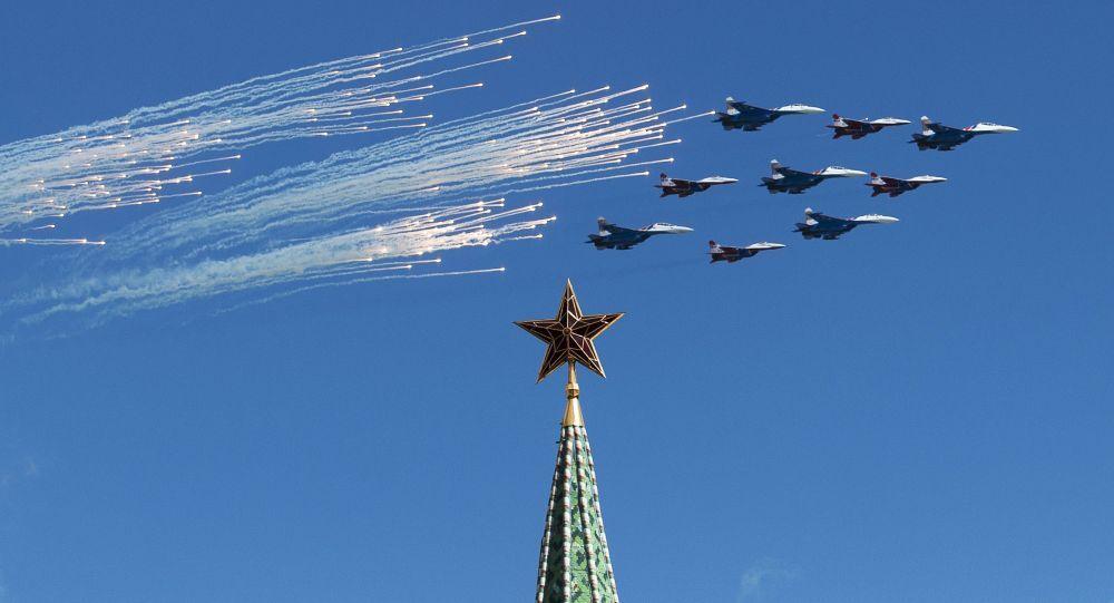 Su-27 et MiG-29 lors d'une répétition de la partie aérienne de la parade militaire à Moscou