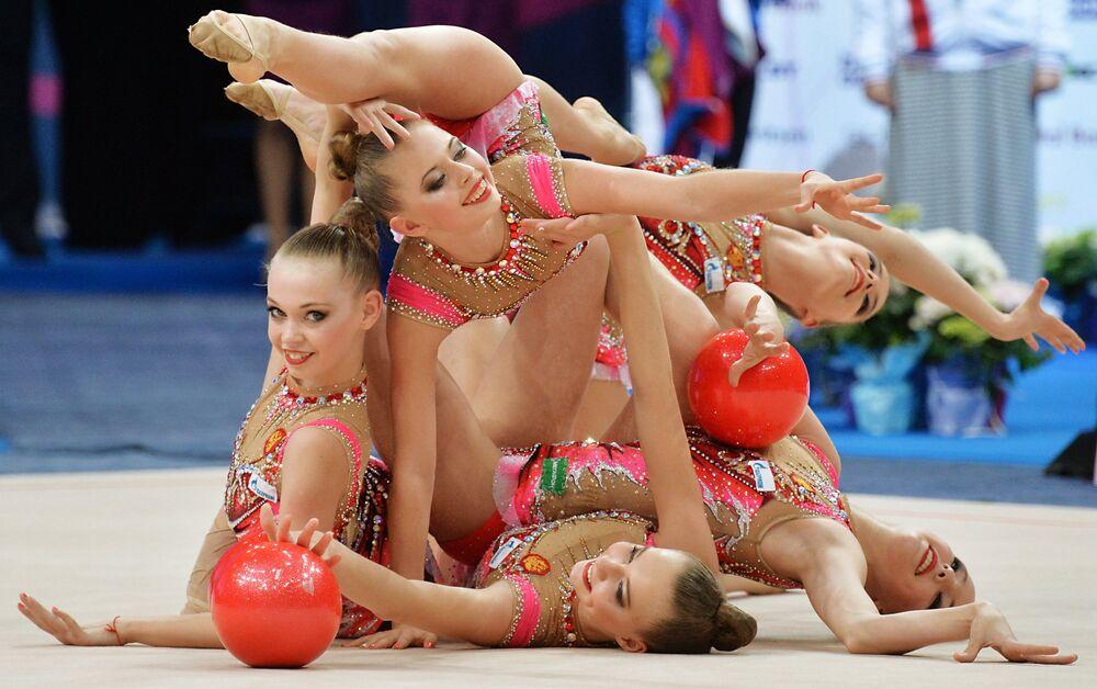 Les gymnastes de l'équipe de Russie accomplissent des exercices de groupe avec cinq ballons en finale junior lors des Championnats d'Europe de gymnastique rythmique à Minsk