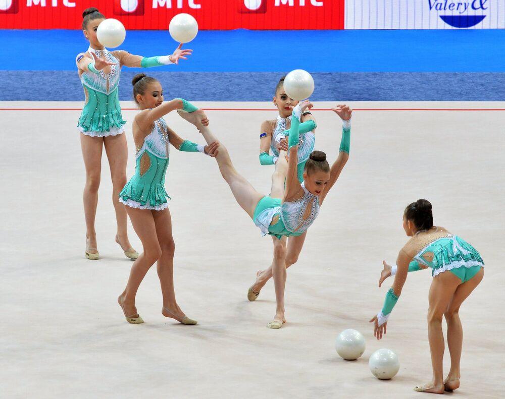 Les gymnastes bulgares accomplissent des exercices de groupe avec cinq ballons en finale junior lors des Championnats d'Europe de gymnastique rythmique à Minsk