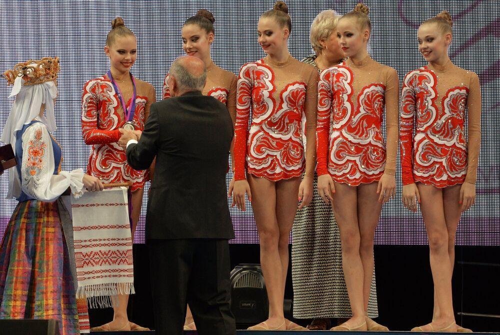Les gymnastes de Russie qui ont remporté la médaille d'argent en épreuves par équipes avec cinq ballons en finale junior lors des Championnats d'Europe de gymnastique rythmique à Minsk, pendant la cérémonie de la remise des médailles