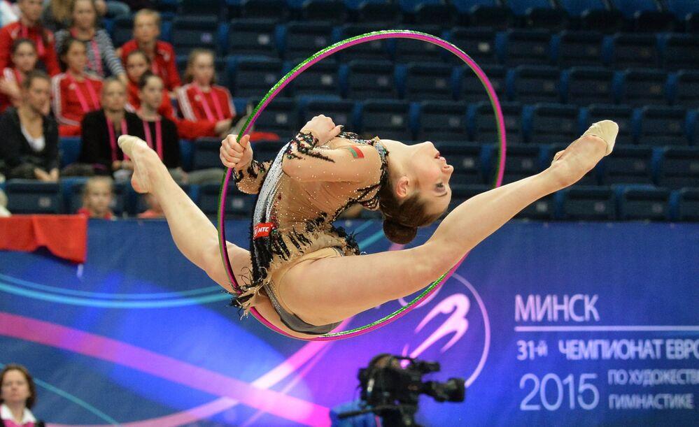 Katerina Galkina (Biélorussie) accomplit un exercice au cerceau en finale senior aux Championnats d'Europe de gymnastique rythmique à Minsk
