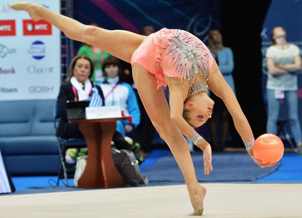 Melitina Staniouta (Biélorussie) accomplit un exercice au cerceau en finale senior aux Championnats d'Europe de gymnastique rythmique à Minsk