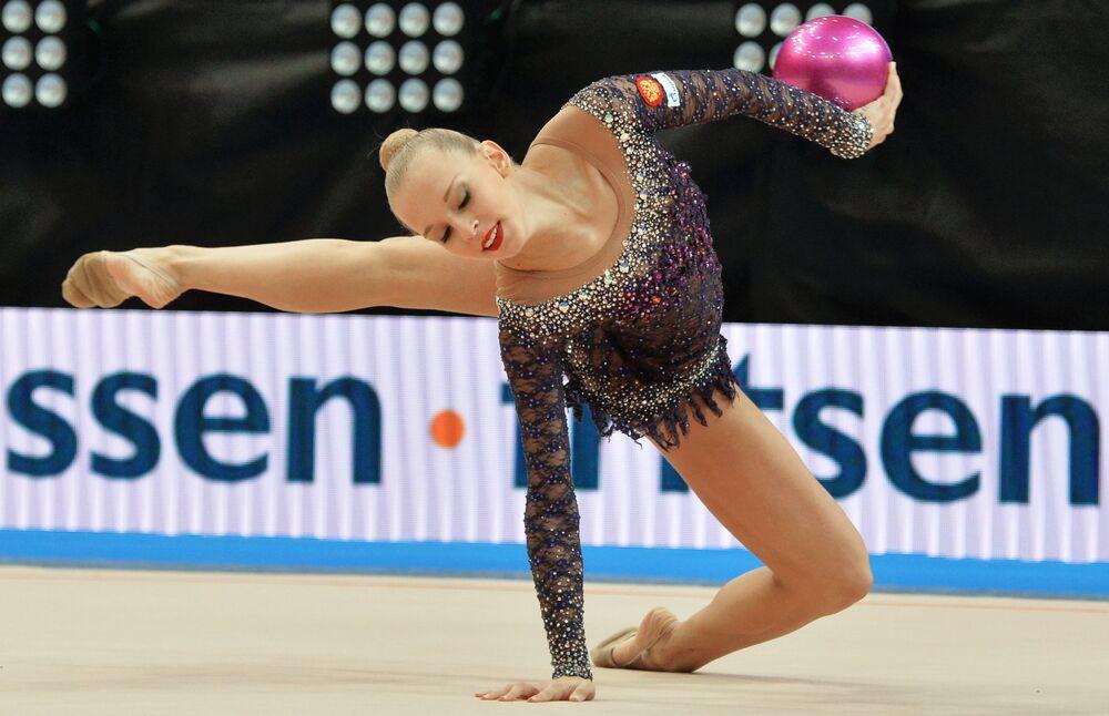 Yana Kudriavtseva (Russie) accomplit des exercices au ballon en finale senior aux Championnats d'Europe de gymnastique rythmique à Minsk